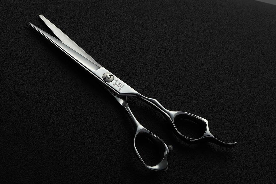 Se couper les cheveux soi-même : comment bien réussir sa coupe