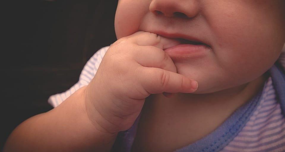 Dents bébé : la pousse dentaire d'un bébé