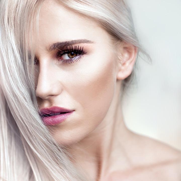 Cheveu gris femme : mettez du style et donnez de la valeur à votre chevelure