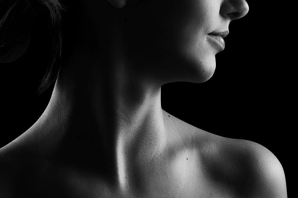 Bouton dans la gorge : les causes et traitements