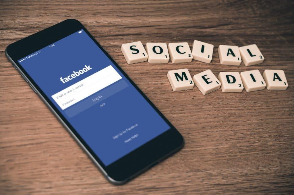 Apple et Facebook: les problèmes relatifs à la vie privée des usagers