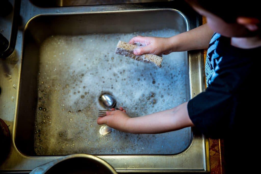 Produit lave-vaisselle maison: découvrez des recettes économiques et écologiques