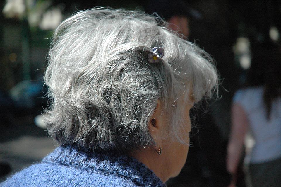 Cheveux gris : qu'en est-il chez la femme ?