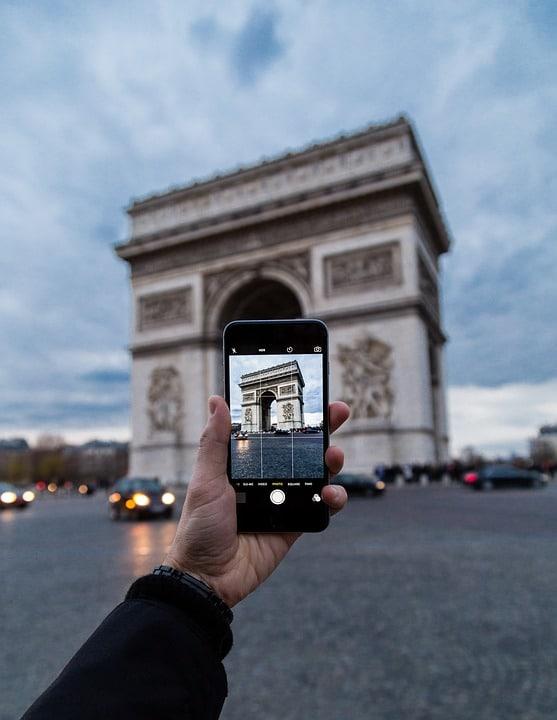 Apple : les publicités du futur Apple Store des Champs-Élysées détournées par ATTAC