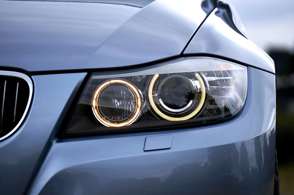 Nettoyer phare voiture: comment procéder?