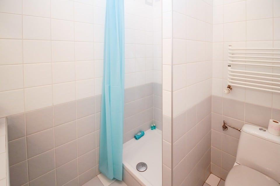 Déboucher douche : comment y arriver facilement