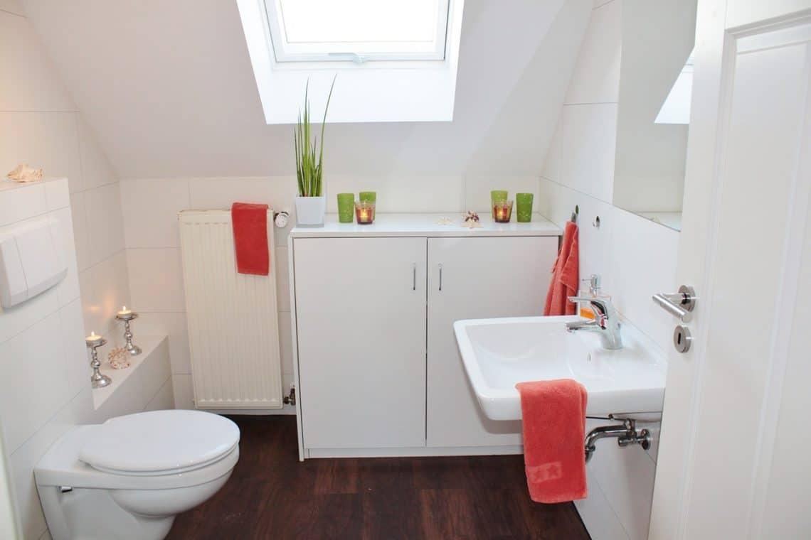 cuvette de toilette reste blanche